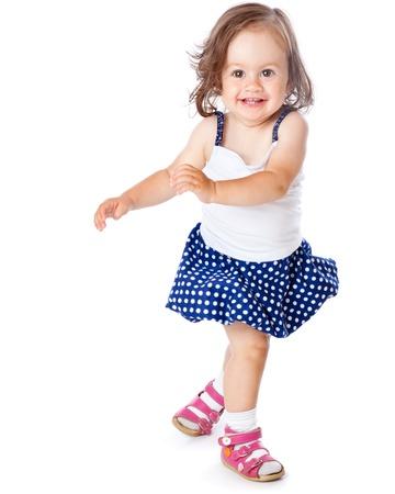 Een klein meisje is poseren. Geà ¯ soleerd op een witte achtergrond