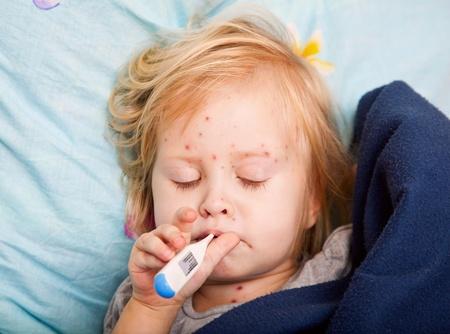 pokrzywka: Dziewczynka cute chorych jest pomiaru temperatury Zdjęcie Seryjne