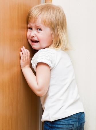niño llorando: Naughty little girl está parado en la esquina