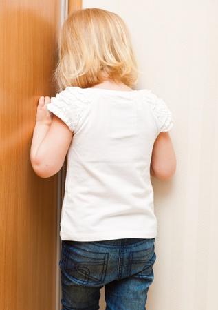 disciplina: Naughty little girl está parado en la esquina