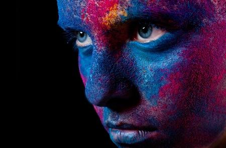 caritas pintadas: Retrato de mujer con pintura inusual de maquillaje sobre un fondo negro