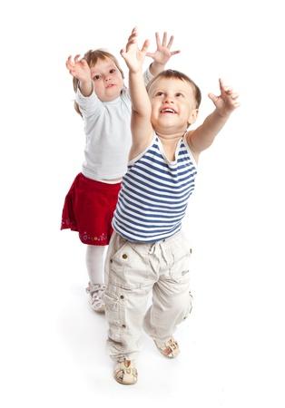 ni�os bailando: Chico divertido y una ni�a est� jugando en el estudio. Aislado en un fondo blanco