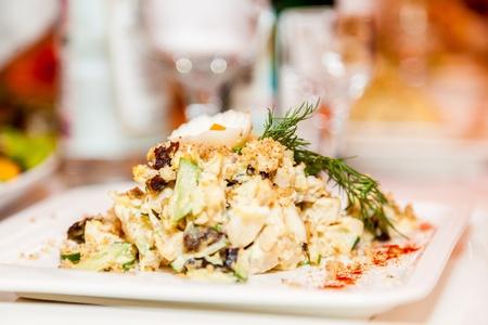 ensalada cesar: Una ensalada con verduras y carne