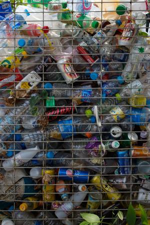 reciclable: basura reciclable de vidrio, latas, botellas de plástico, de acero en la basura