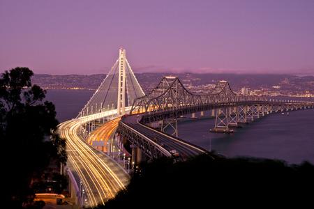샌프란시스코에서 오클랜드 베이 브릿지까지 스톡 콘텐츠