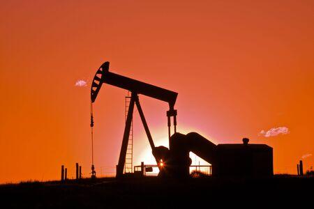 석양의 석유 드릴링 장비 스톡 콘텐츠