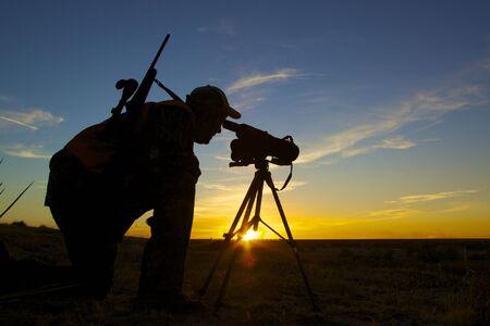 охотник: Rifle Hunter in Sunset Фото со стока
