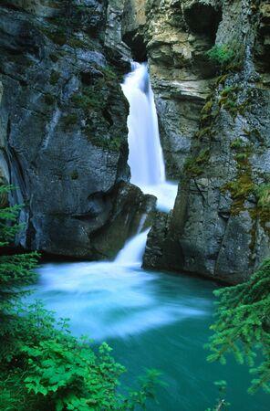 風光明媚な荒野の滝