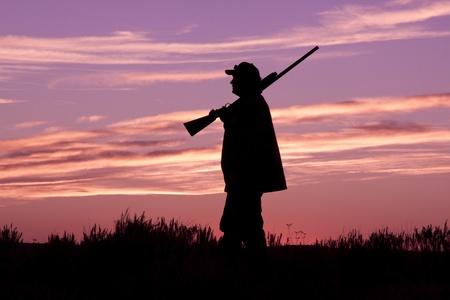 fusil de chasse: Bird Hunter au Pr�t au lever du soleil Banque d'images