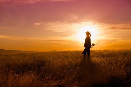 Bowhunter im Sonnenuntergang Standard-Bild