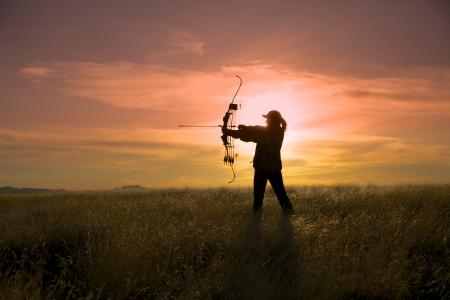 日没の Bowhunter 写真素材