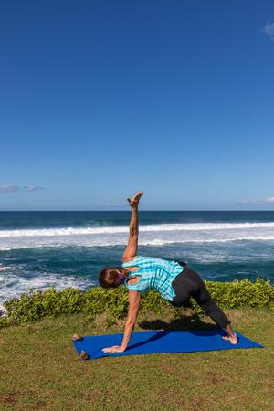 Practicing Yoga on the Maui Coast Imagens - 100252308