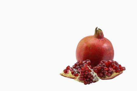 Érett gránátalma gyümölcs elszigetelt fehér háttér kivágás