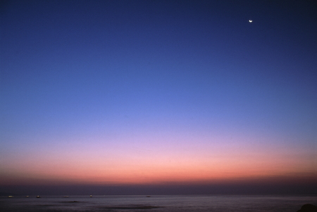 夜明けの三日月 写真素材 - 76396379