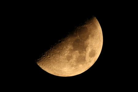 ハーフ ムーン (月の年齢: 6.7) 写真素材 - 76396390