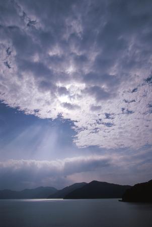 クラウドと薄暗い光線 写真素材 - 76404574
