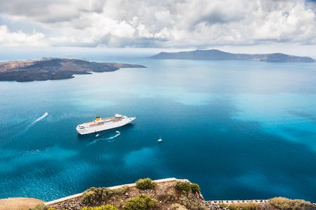 Schöne Landschaft mit Blick aufs Meer. Kreuzfahrtschiff auf dem Meer in der Nähe der Inseln. Insel Santorin, Griechenland.