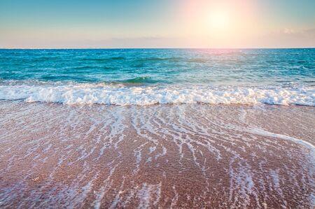 Tropikalna plaża. Niebo i morze. Piękny krajobraz lato. Podróże wakacyjne tła