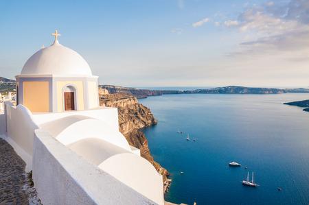 templo griego: Arquitectura blanca en la isla de Santorini, Grecia. Hermoso paisaje con vista al mar al atardecer
