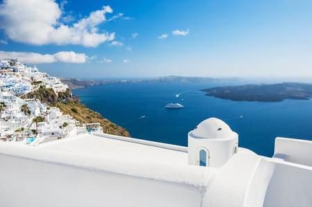 Biały architektura na wyspie Santorini, Grecja. Piękny krajobraz z widokiem na morze. Zdjęcie Seryjne