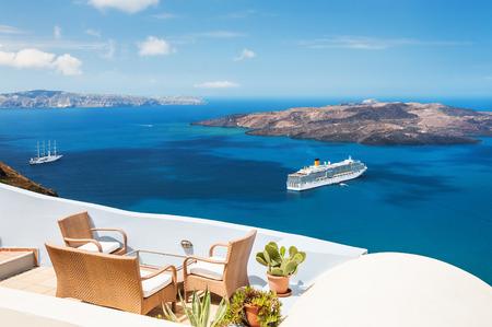 Piękny taras z widokiem na morze. wyspie Santorini, Grecja.