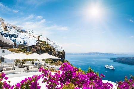luna de miel: Arquitectura blanca en la isla de Santorini, Grecia. Hermoso paisaje con vista al mar Foto de archivo