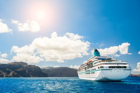 paisaje mediterraneo: Cruceros grandes cerca de las islas griegas. La isla de Santorini, Grecia