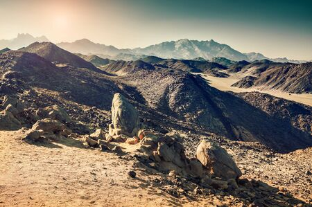 desierto: Hermosas monta�as en el desierto de Arabia. Paisaje de verano. Filtro de la vendimia Foto de archivo