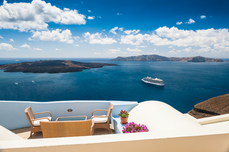 Cafe on the terrace with beautiful sea view. White architecture on Santorini island, Greece Zdjęcie Seryjne
