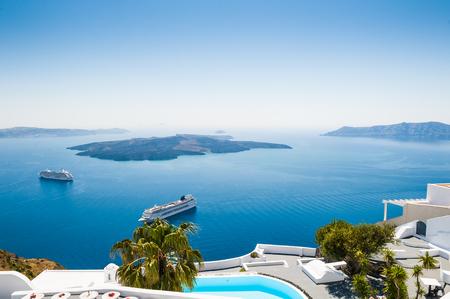 산토리니 섬, 그리스에서 흰색 아키텍처입니다. 바다의 아름다운 전망