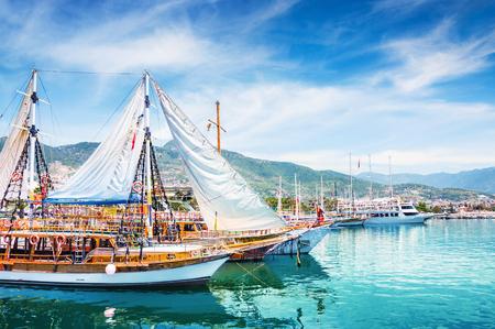 Turystyczne łodzie w porcie w Alanyi w Turcji. Piękny widok na morze i góry