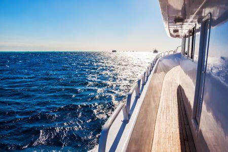 Jacht w czerwonym morzu o zachodzie słońca. Piękny krajobraz lato. Twórcze działanie tonizujące
