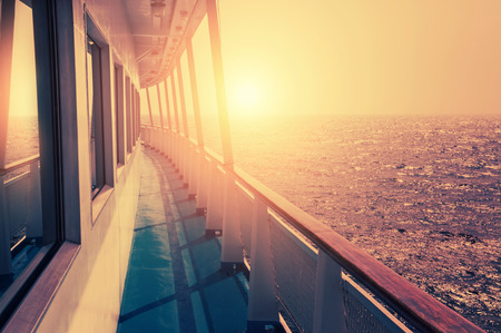 Rejs statkiem na morzu o zachodzie słońca. Piękny letni krajobraz. Twórczy rocznika filtr, efekt retro