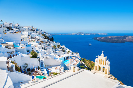 Biały architektura na wyspie Santorini, Grecja. Piękny krajobraz z widokiem na morze
