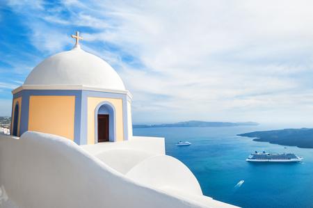 Biały architektura na wyspie Santorini, Grecja. Kościół w mieście Fira. Piękny krajobraz z widokiem na morze Zdjęcie Seryjne
