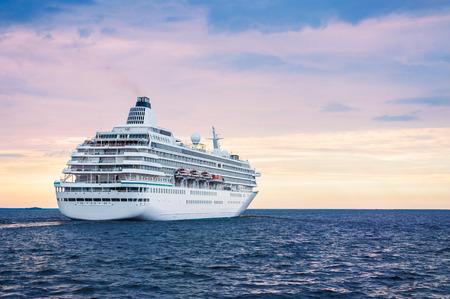 Wielki statek w morze o zachodzie słońca. Piękne krajobraz Zdjęcie Seryjne