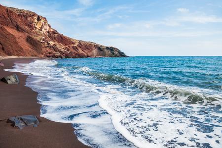 Widok na wybrzeżu i pięknym Red plaży. wyspie Santorini, Grecja.