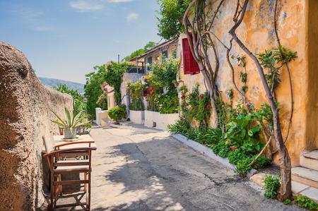 paisaje mediterraneo: Hermosa calle en Atenas, Grecia. Arquitectura Nacional en el antiguo barrio de Plaka. Filtro vintage, efecto retro