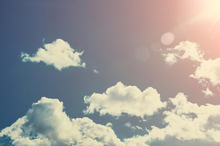 sol radiante: cielo azul con nubes blancas y el sol. Filtro creativa de la vendimia Foto de archivo