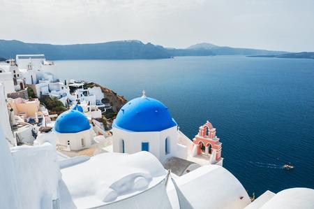 Biały architektura w mieście Oia, Santorini, Grecja. Piękny krajobraz z widokiem na morze.