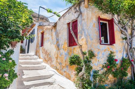 paisaje mediterraneo: Hermosa calle en Atenas, Grecia. Arquitectura Nacional en el antiguo barrio de Plaka Foto de archivo