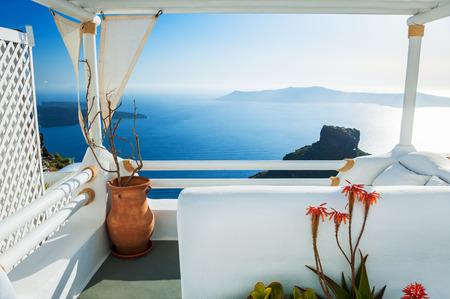 Piękny taras z widokiem na morze o zachodzie słońca. Biały architektura na wyspie Santorini, Grecja.