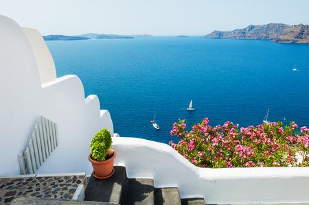 Biała architektura na Santorini wyspie, Grecja. Piękny letni krajobraz z widokiem na morze. Zdjęcie Seryjne