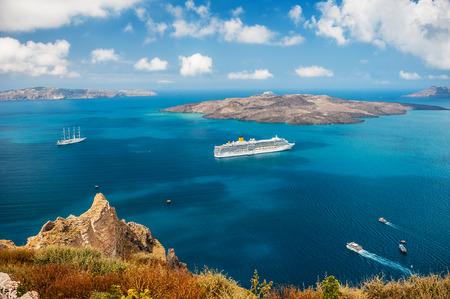 Barco de cruceros en el mar cerca de las islas griegas. La isla de Santorini, Grecia Foto de archivo - 46418467