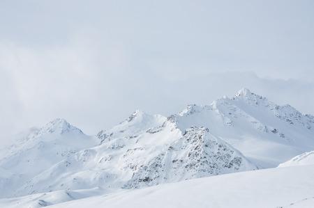 Piękny zimowy krajobraz z ośnieżonych gór Zdjęcie Seryjne