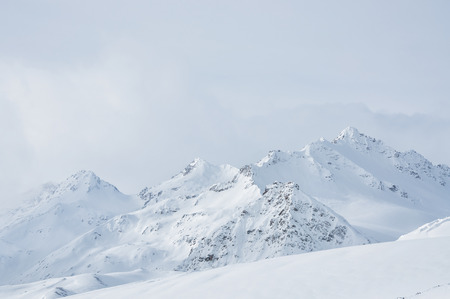 Prachtige winterlandschap met sneeuw bedekte bergen
