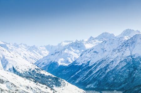 montañas nevadas: Hermoso paisaje de invierno con las montañas cubiertas de nieve. Estación de esquí de Elbrus, el Cáucaso, Rusia.
