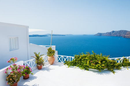 Beautiful terrace with sea view. White architecture on Santorini island, Greece. Standard-Bild