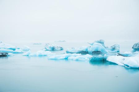 blue lagoon: Grandi iceberg blu in laguna glaciale Jokulsarlon, Islanda del Sud Archivio Fotografico