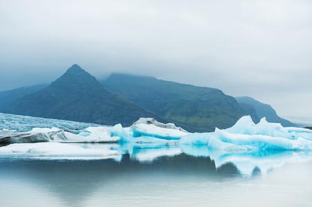 fjallsarlon: Icebergs in the glacial lake with mountain views. Vatnajokull glacier, Fjallsarlon lagoon, south Iceland Stock Photo